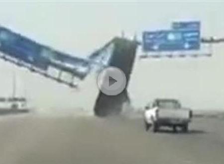 Krasser Crash: Kipplaster vs. Autobahnschild